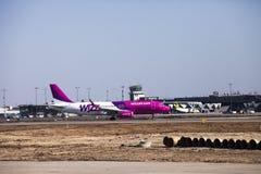 Wizz Air flygbuss, når att ha landat på den Riga flygplatsen. Royaltyfri Foto