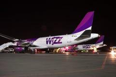 Wizz Air flygbuss A320 på natten Royaltyfri Bild