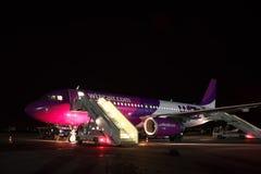 Wizz Air flygbuss A320 på natten Fotografering för Bildbyråer