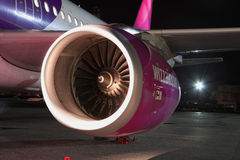 Wizz Air flygbuss A320 på natten Arkivbild