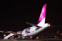 Wizz Air flygbuss A320 på natten Arkivbilder