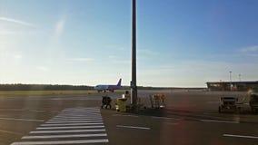 Wizz Air hyvlar, den internationella flygplatsen Riga, Lettland stock video