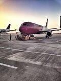 Wizz Air hyvlar på logiporten Fotografering för Bildbyråer