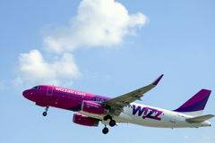 Wizz Air tar av Fotografering för Bildbyråer