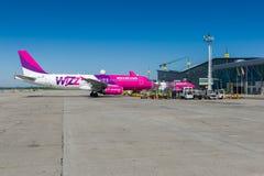 Wizzair飞机在格但斯克机场 免版税库存照片