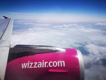Wizzair飞机翼和引擎在飞行期间 免版税库存图片