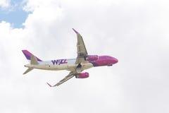 Wizzair飞机从跑道离开在考纳斯国际Ai 免版税图库摄影