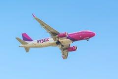 Wizzair飞机从跑道离开在考纳斯国际Ai 图库摄影