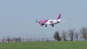 Wizzair acepilla el aterrizaje en la pista, aterrizaje almacen de video