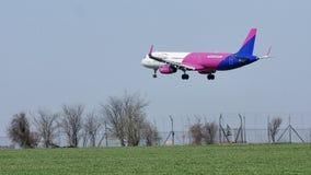 Wizzair acepilla el aterrizaje en la pista, aterrizaje almacen de metraje de vídeo