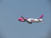 WizzAir Airbus A320 décollant en Orio al Serio Photo stock