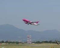 WizzAir Airbus A320 décollant en Orio al Serio Images stock