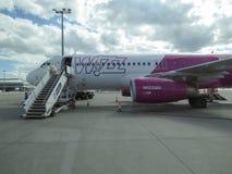 WizzAir Airbus A320 en la pista Imagenes de archivo