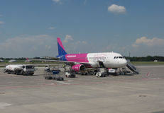 Wizzair Airbus A320-200 en Praga Fotografía de archivo