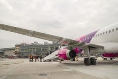 Wizzair Airbus no aeroporto de Capodichino Nápoles Fotografia de Stock Royalty Free