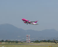 WizzAir Airbus A320 que descola em Orio al Serio Imagens de Stock