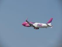 WizzAir Airbus A320 que saca en Orio al Serio Foto de archivo