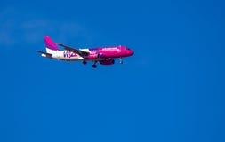 WizzAir Boeing 737 som landar på den Cluj flygplatsen Arkivbilder