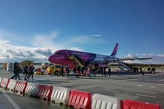 Wizzair-Flugzeug in Eindhoven stockfotos