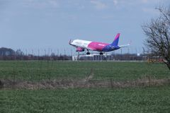 Wizz Air Airbus A321-200 HA-LXA jet lands Stock Photography