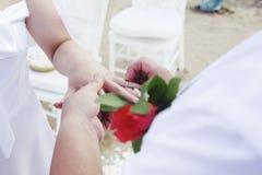 Wkładać pierścionek obrazy stock