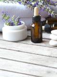 Wkraplacz butelka lawendowy istotny olej zbliżenie zdjęcie royalty free