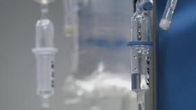 Wkraplacz z w górę kapiącej medycyny w sali operacyjnej nowożytny szpital zbiory