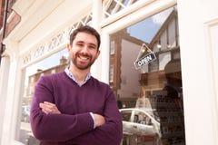 Wlaściciel sklepu pozycja obok jego sklepu zdjęcie stock