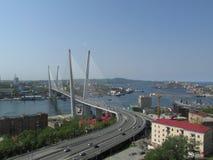 Wladiwostok, Ansicht der goldenen Brücke und das goldene Horn bellen stockbild