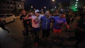 Wladiwostok, Primorsky Krai - Morgen-Stadt-Lauf von Wladiwostok-Athleten auf den zentralen Straßen der Stadt stock video