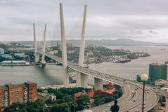 Wladiwostok, Russland - 15. August 2015: Schr?gseilbr?cke in Wladiwostok in der goldenen Horn Bucht lizenzfreie stockfotos