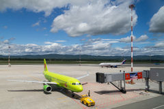 Wladiwostok, Russland - circa im September 2015: Flugzeug kommt zum Tor im Großflughafen an Stockfotos