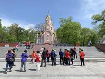 Wladiwostok, Russland, Mai, 21, 2019 Touristen, welche die Kapelle im Namen St Andrew und des Monuments zum Gedenken an das soldi lizenzfreies stockfoto