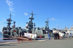 Wladiwostok, Russland, Oktober, 05, 2015 Kriegsschiffe am Pier auf dem Damm von Peter der Große an Innovation Tag Lizenzfreie Stockfotos