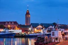 Wladyslawowo市地平线和口岸在晚上 免版税库存图片