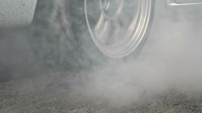Wlec bieżnego samochodu oparzenie opony przy początek linią zbiory wideo