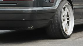 Wlec bieżnego samochodu oparzenie opony przy początek linią zbiory