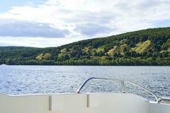 Wlec od motorowej łodzi na rzece przy zmierzchu czasem Obraz Stock