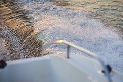 Wlec od motorowej łodzi na rzece przy zmierzchu czasem Zdjęcia Royalty Free