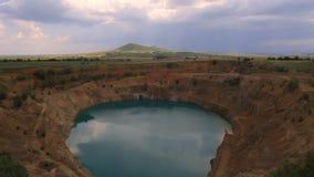 Wlking in un grande pozzo di estrazione mineraria stock footage