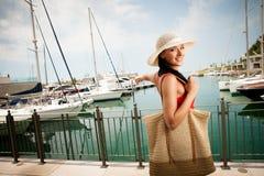 Wman camina una ciudad en la playa en la O.N.U caliente del día de verano hermosa con referencia a Imágenes de archivo libres de regalías