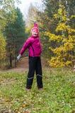 Wman est engagé dans l'aérobic en parc d'automne Photo libre de droits