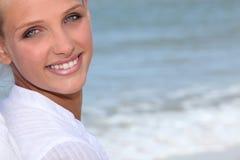 Wman stod på stranden Royaltyfria Bilder