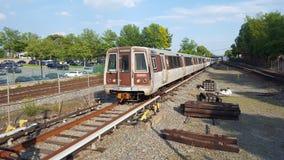 WMATA 5000系列火车接近洛克维尔MD驻地 免版税图库摄影