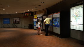 WMATA-anställd hjälper en grupp av turister på den första vardagen av det säkra spårreparationsprogrammet Arkivbild