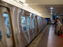 WMATA-tunnelbanaserier 7000 utbildar att zooma av passagerare till den skuggiga dungen royaltyfri bild
