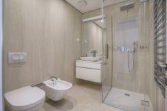 Wnętrze łazienka w jaskrawych kolorach w luksusowej willi fotografia royalty free