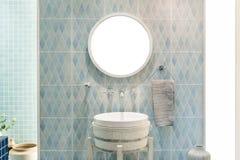 Wnętrze łazienka z zlew basenowym faucet lustrem i Nowożytny d Fotografia Stock