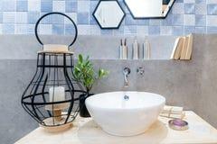 Wnętrze łazienka z zlew basenowym faucet lustrem i Nowożytny d Obrazy Stock