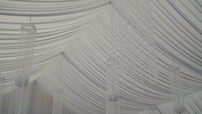 Wnętrze ślubna sala dekoracja przygotowywająca dla gości Piękny pokój dla ceremonii i ślubów pojęcia sukni panny młodej portret s zbiory wideo